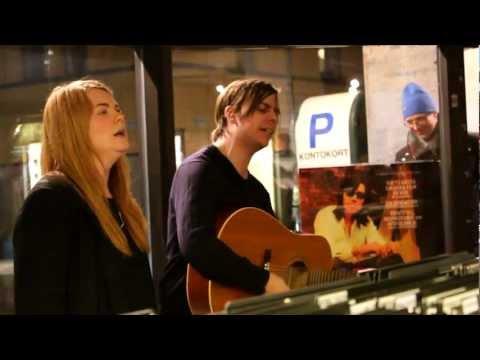 Patrik Backlund & Julia Hanberg låten Wolfrunner på Bengans skivbutik