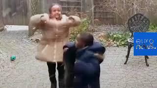 طفلان لاجئان من إريتريا يصلان إلى مدينة تورونتو الكندية ويشاهدان الثلج لأول مرة