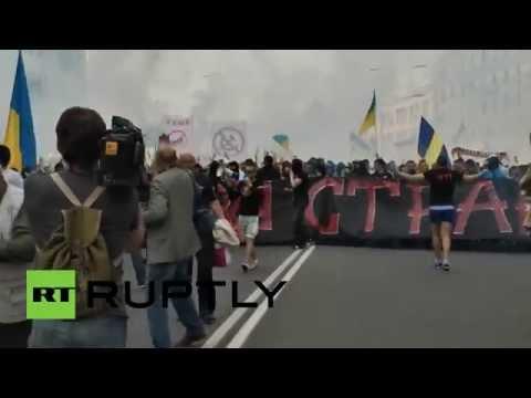 Ultras de fútbol atacan a los manifestantes antigubernamentales en el este de Ucrania