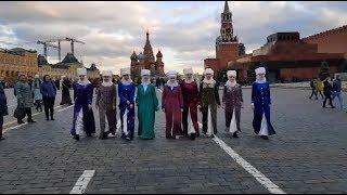 Кыргыз кыз-келиндери элечек кийип, Москваны кыдырып элди суктандырышты