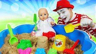 Куклы в видео для детей - Беби Бон лепит куличики! - Весёлые игры с Baby Born в песочнице.