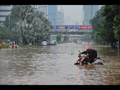 KTM Duke 200 - Underbelly Exhaust Flood Test in Jakarta