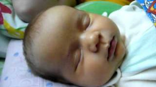 Эмоции ребёнка (25 дней) во сне, улыбаемся, хмуримся :)