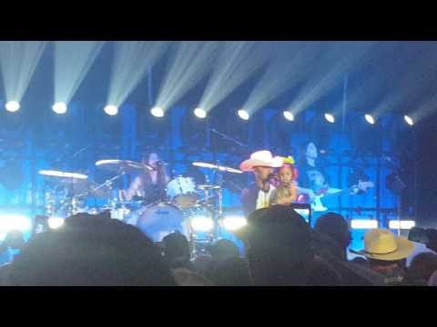 Justin Moore  Smalltown USA with his family