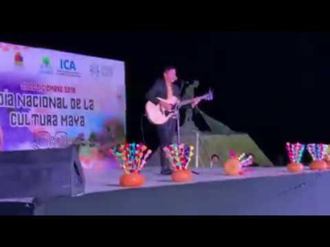 Alexis cantando sus composiciones en Chetumal