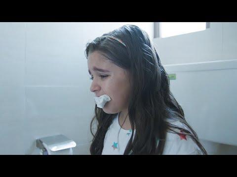 【穷电影】小女孩用纸堵住自己的嘴巴,只因身体的缺陷,让周围人受不了