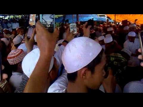 KH.AHMAD BAKRI SUASANA PEMAKAMAN BELIAU 02022013288.mp4