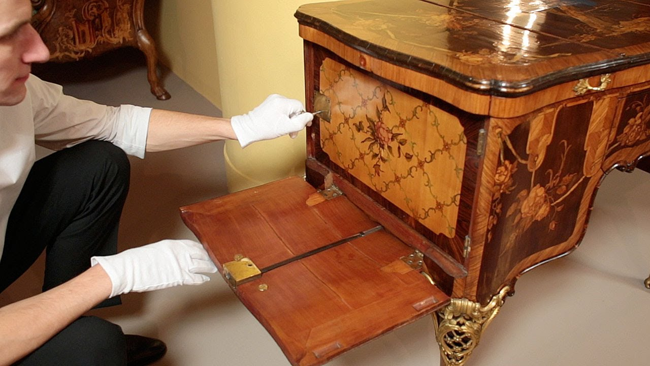 Demonstration of the Roentgens Dressing Table Poudreuse