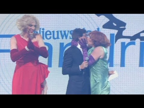 Revuelo por el beso de una travesti al primer ministro belga