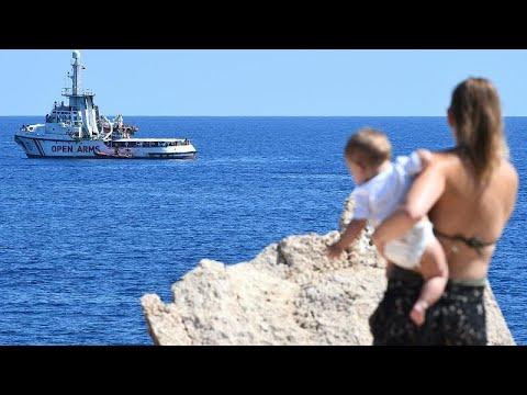 تضارب في التصريحات بشأن مصير المهاجرين المتواجدين على متن سفينة الإنقاذ أوبن آرمز…  - 16:54-2019 / 8 / 19