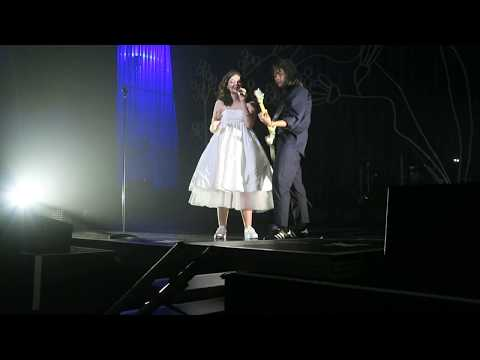Lorde - Bruce Springsteen 'I'm On Fire' cover/'400 Lux' mashup - 8Nov2017 Christchurch