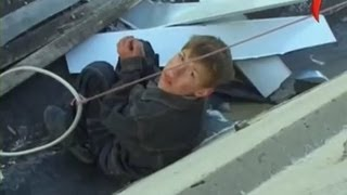 Кошмар! Мальчика бросили на крыше!
