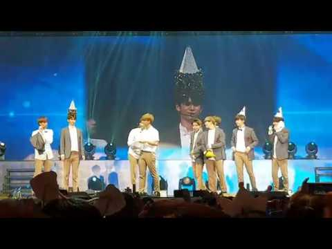 170922 Wanna One in Singapore - Kang Danel Ong Sungwoo Playing with Party Hats