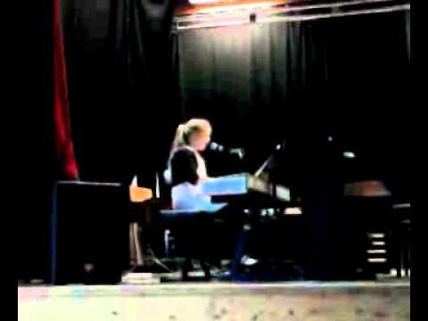 """Vanja (11) synger """"Hallelujah""""."""