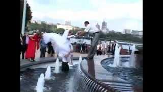 Невеста упала в фонтан