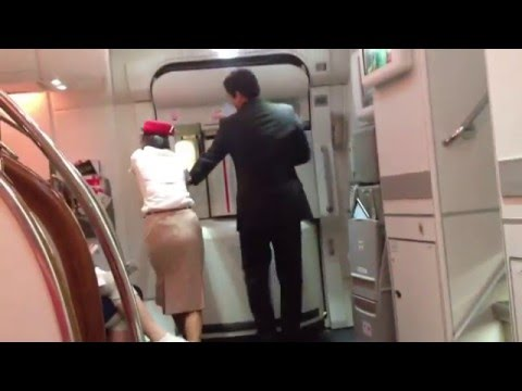 Emirates Airbus A380 trouble door not close
