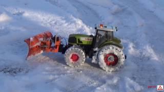 RC Traktor Claas Atles beim Schnee räumen