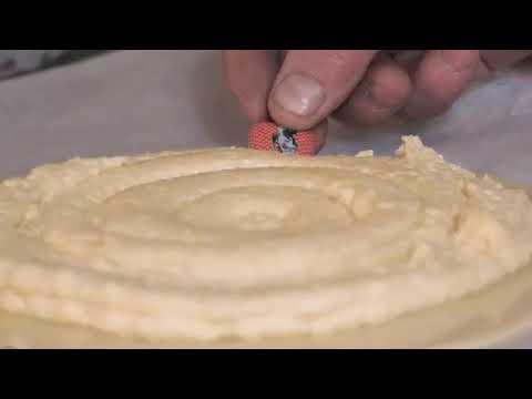 fabrication-de-galettes-des-rois-artisanales-cuites-au-feu-de-bois