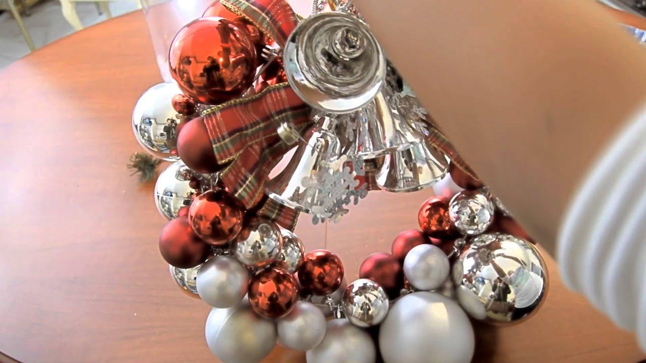 Decoraci n navide a corona de bolas y centros de mesa for Como hacer decoraciones navidenas