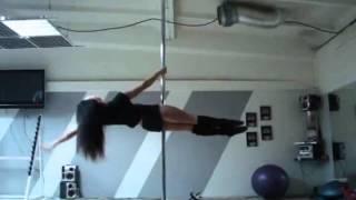 девушка танцует на шесте(блин, какие у нее сильные руки)