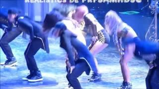 Селена Гомес падает на концерте во время пения
