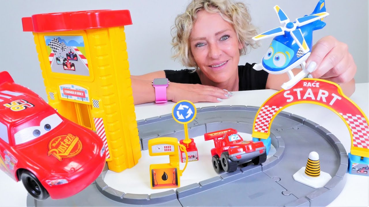 Spielzeug Video auf Deutsch. Neue Rennstrecke für Lightning McQueen. Nicole und die Spielzeugautos