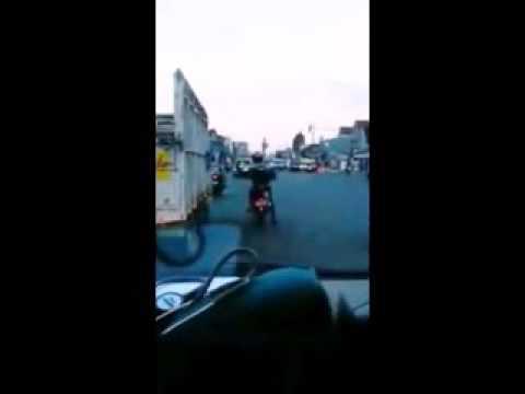 HOT! Sungguh Mulia, Pengendara Motor Ini Kawal Mobil Ambulan ke Rumah Sakit dr Soebandi