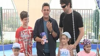 Alejandro Sanz visita a los niños del Doce de Octubre