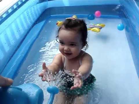 Thain bebe na piscina youtube for Piscinas bebes