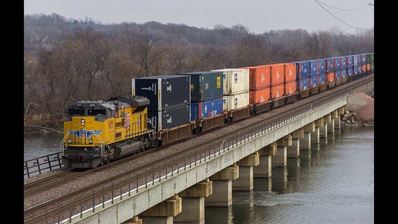 Railfanning cedar rapids iowa a four train hour with up and ns power