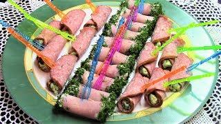Быстрая и очень вкусная закуска для праздничного стола - канапе из ветчинных и колбасных рулетиков.