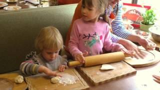"""Ульяна готовит пиццу сама. Кулинарный урок в кафе """"Мама Пицца"""". Выходные с детьми."""