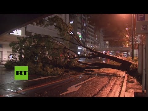 Un poderoso tifón azota Japón