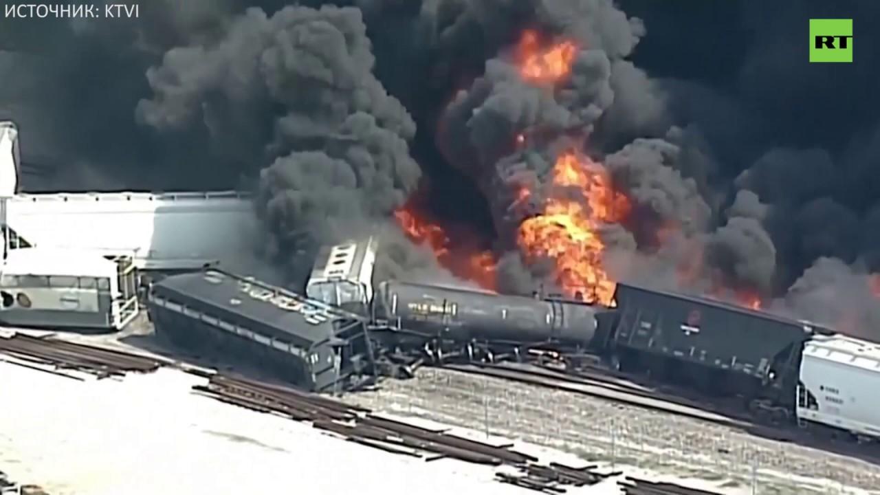 В США Поезд с опасными химическими веществами сошел с рельсов и загорелся