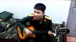 NỤ CƯỜI TRONG MẮT EM - Dân mạng rần rần với anh chàng sĩ quan đẹp trai vừa đàn, vừa hát tặng vợ