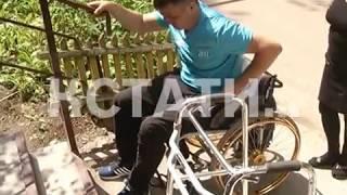 Коммунальщики установили инвалиду-колясочнику пандус, котором невозможно воспользоваться
