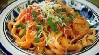 Como preparar Pasta Italiana fettuccini con salsa de tomate