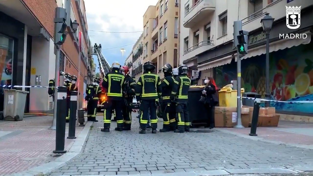 Bomberos apagan fuego en edificio de Vallecas