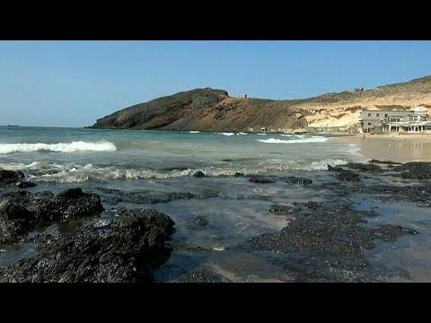 فيديو | غرق ناقلة متروكة في خليج عدن وبقعة نفطية تلوث الساحل…