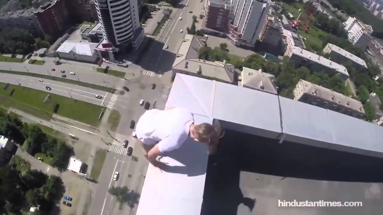 Russian Daredevil Hangs From Storey Building In Deathdefying - Daredevil films extreme parkour on top of skyscraper