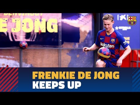 Frenkie de Jong touches the ball for the first time at Camp Nou