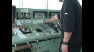 貨物船で働く船員1