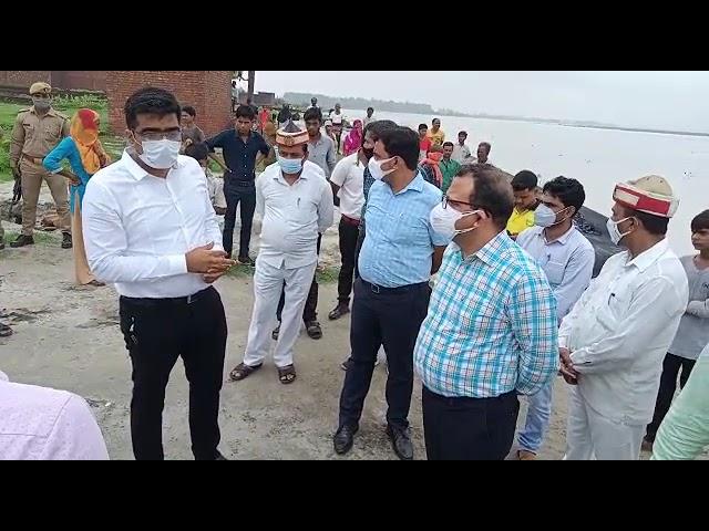 यूपी उन्नाव जिलाधिकारी रवीन्द्र कुमार ने शुक्लागंज अन्तर्गत रविदास नगर गंगा कटान का किया निरीक्षण नि