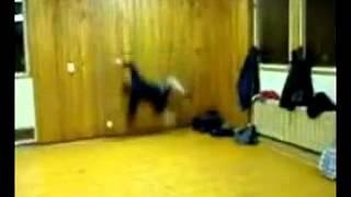 Dummer Junge springt gegen die Wand