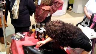 Pintando con aerosol en la 12 expo de pintura decorativa