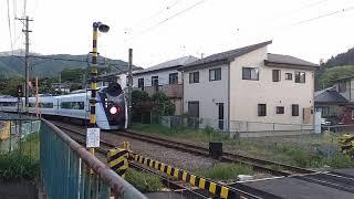 富士急行線谷村町駅 E353系通過 205系発車