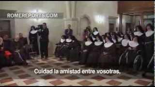 El Papa visita a monjas clarisas: Sonreíd con alegría, no como azafatas