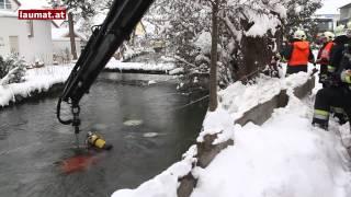 Pensionist stürzte mitsamt Schneeräumtraktor in eisigen Mühlbach