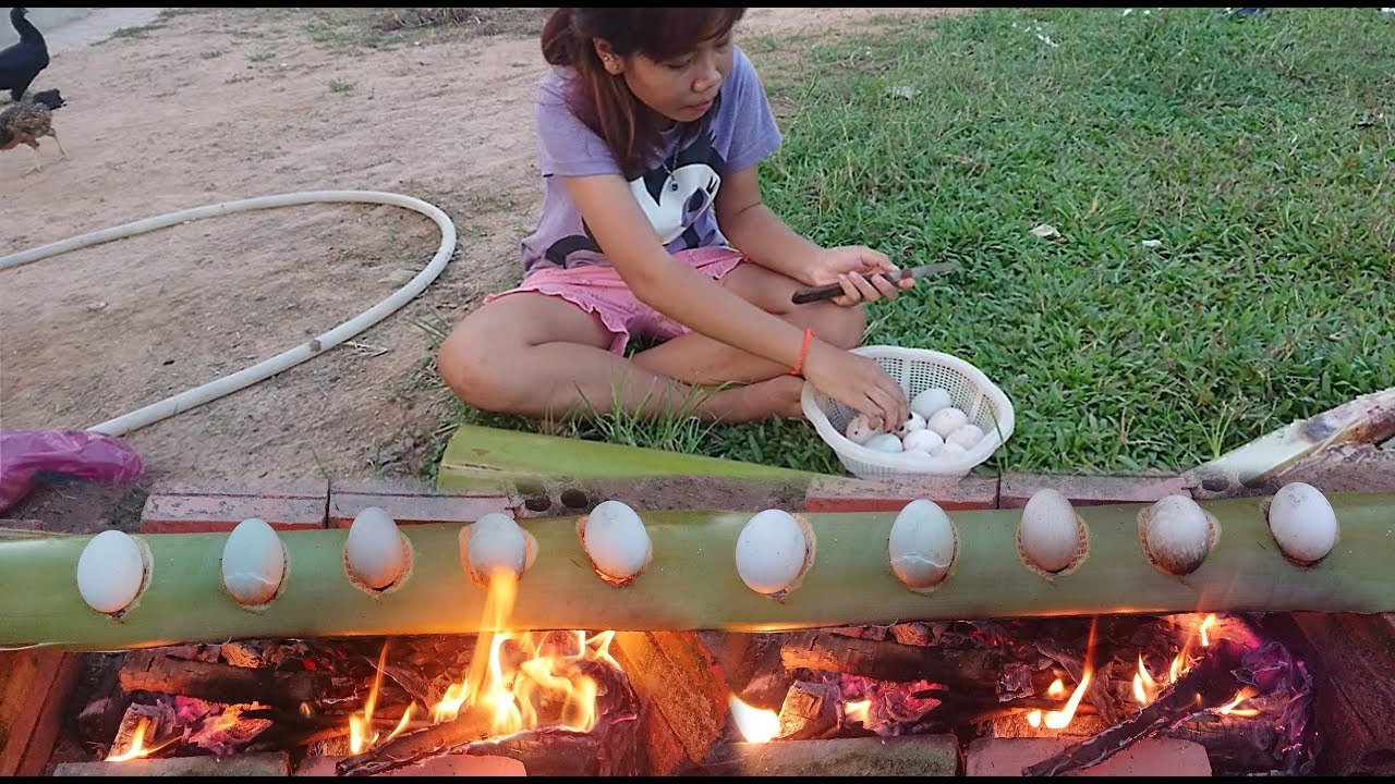 Strange Egg Cooking / How To Grilled Eggs Using Banana ...