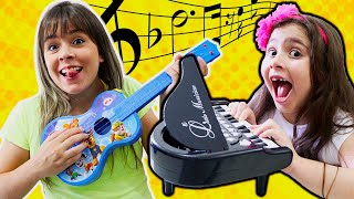 Heloísa e Mamãe em uma história engraçada dos instrumentos barulhentos